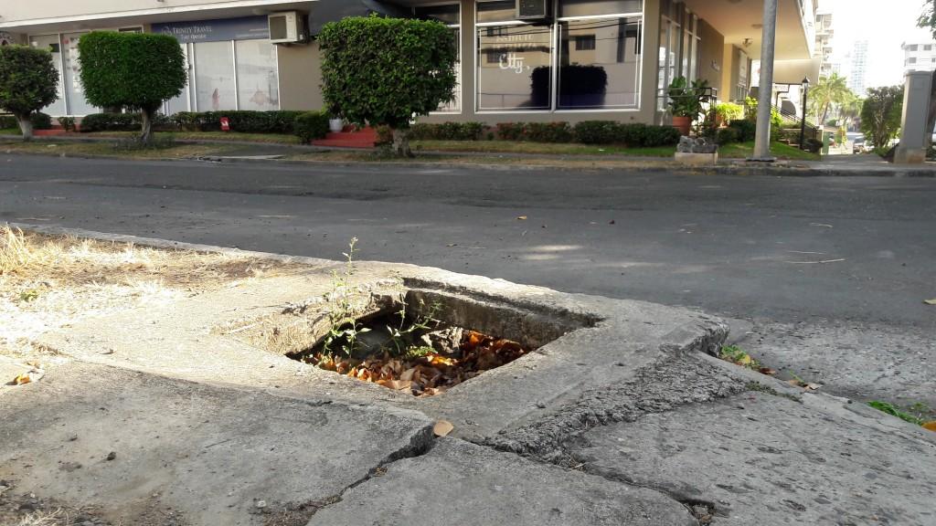 Caja pluvial sin tapa llena de sedimentos y basura en esquina frente al Instituto de Belleza Etty frente al PH Deco Plaza.