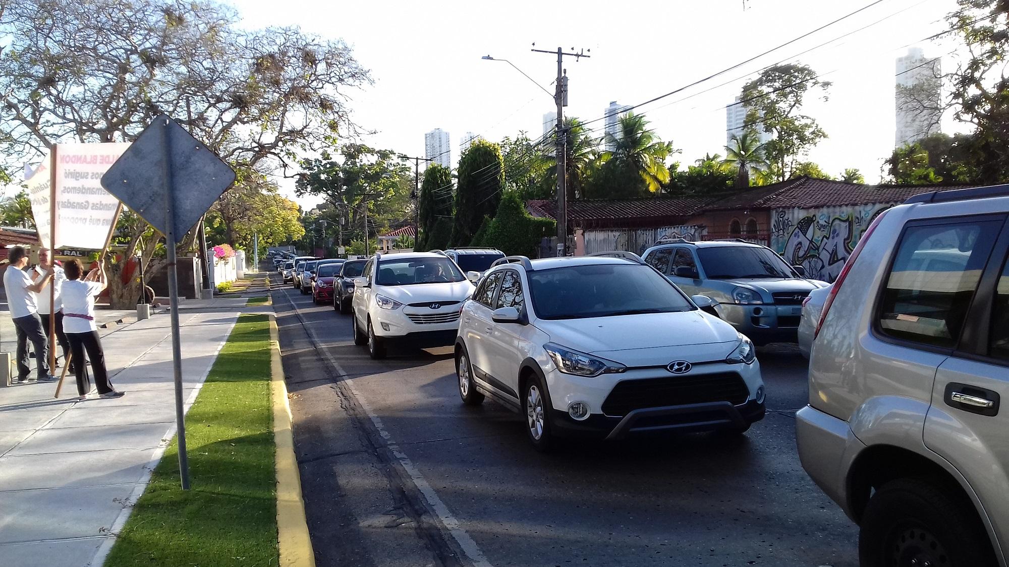 El tráfico se ha incrementado en esta avenida como ruta alterna a vía Cincuentenario