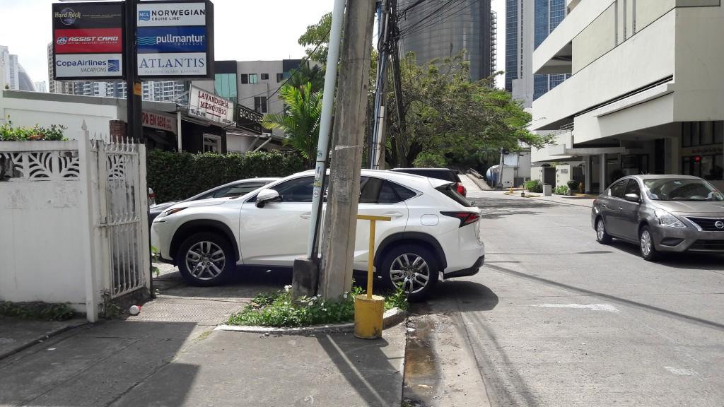 En Marbella (calle 54) Este es común que las aceras sean los estacionamientos de los comercios. situación
