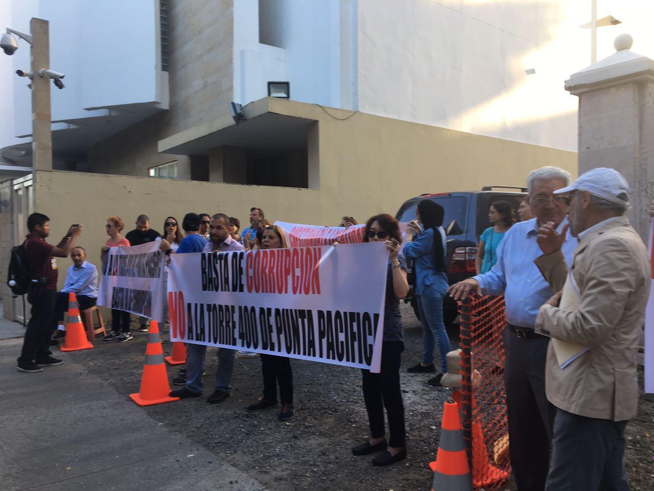 Manifestantes ocuparon las aceras del conjunto residencial Pacific Point el viernes, 17 de marzo, siendo atendidos por el corregidor