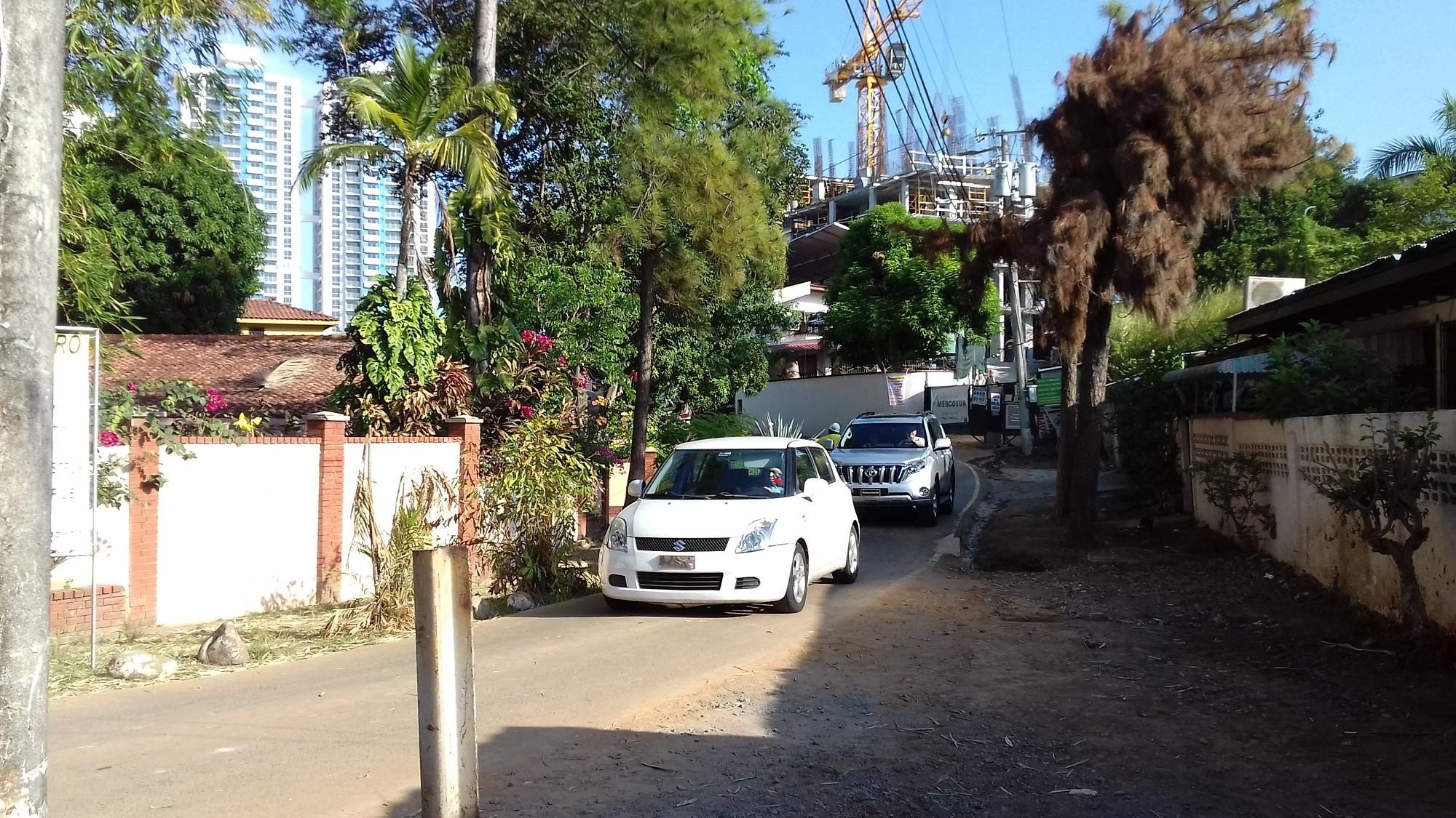 Calle Los Bambús es una vía de doble sentido dentro de un conjunto residencial de 17 casas, que sería compartida con otros 70 apartamentos del PH Buonavista.
