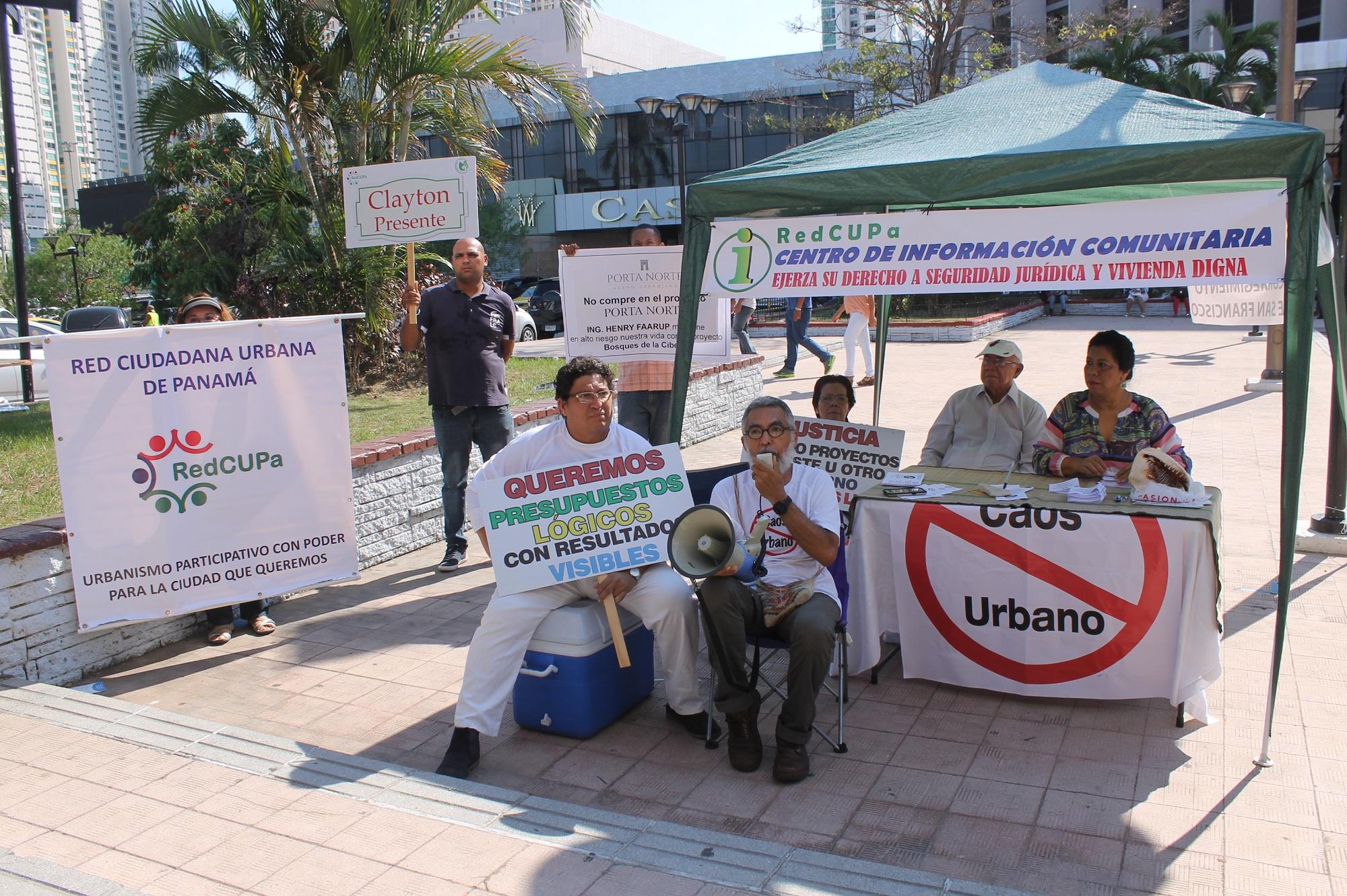 Héctor Endara, entre los miembro de Recupa que suministraron información a los visitantes de la ExpoVivienda 2017 (1)