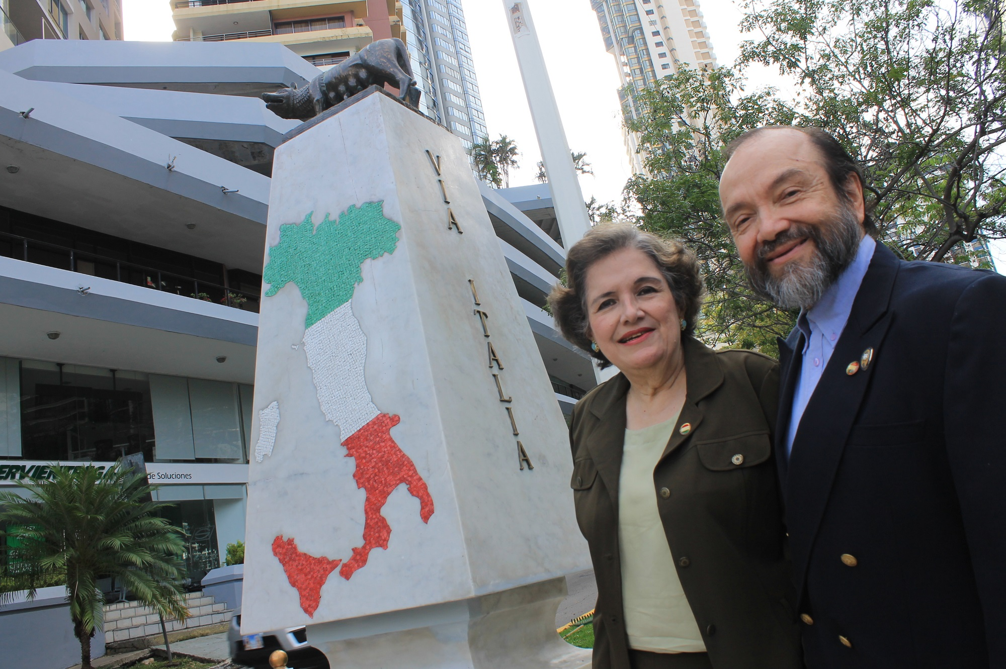 María de Lourdes Vaccaro, Pta de la Sociedad de Beneficiencia Italiana de Panamá junto a su esposo Ángel Achurra.