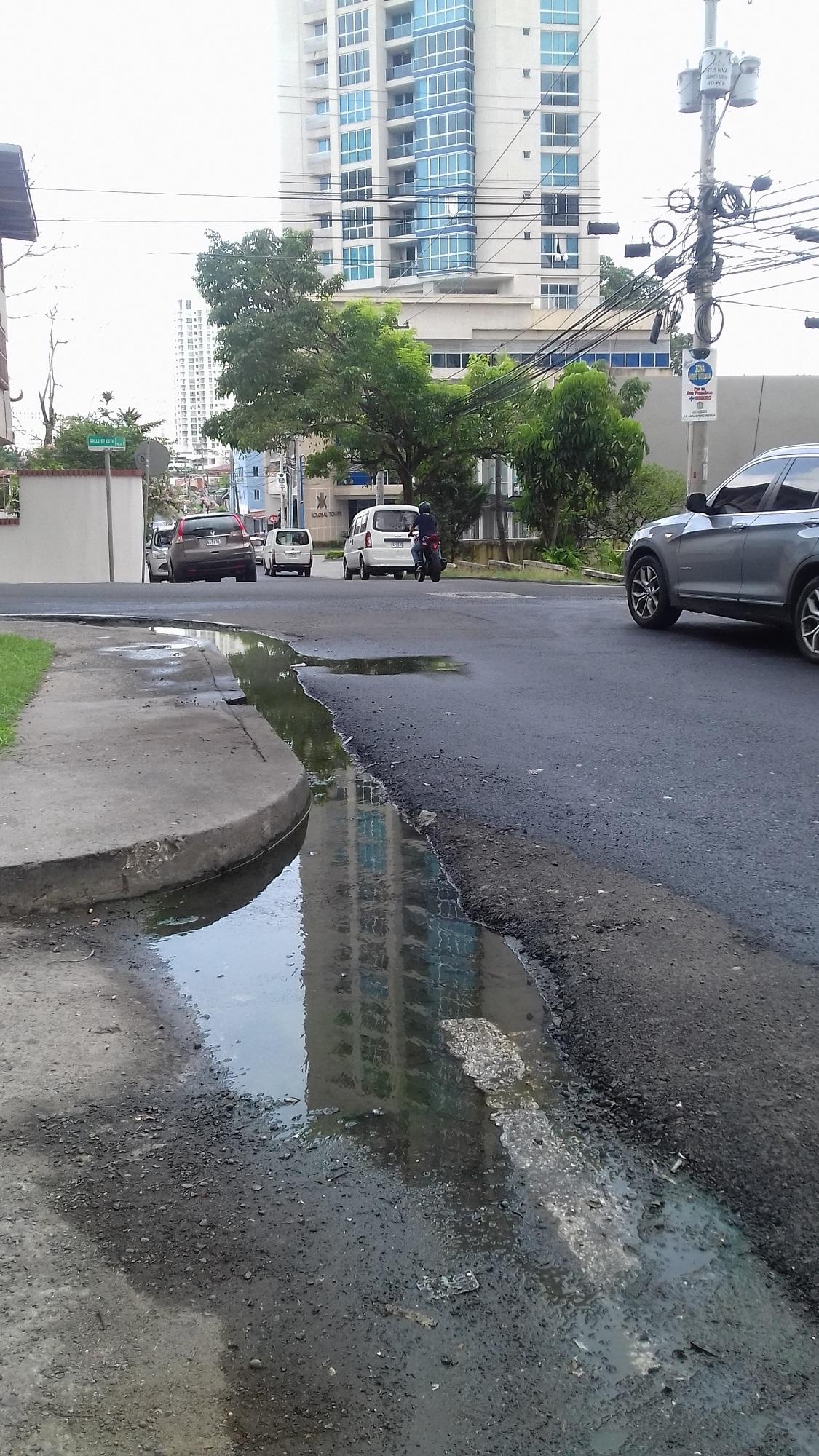 Drenajes sobre superficie en la calle Matilde De Obarrio de Malec.
