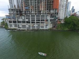 La norma establece que debe existir una separación entre la construcción y la rivera.