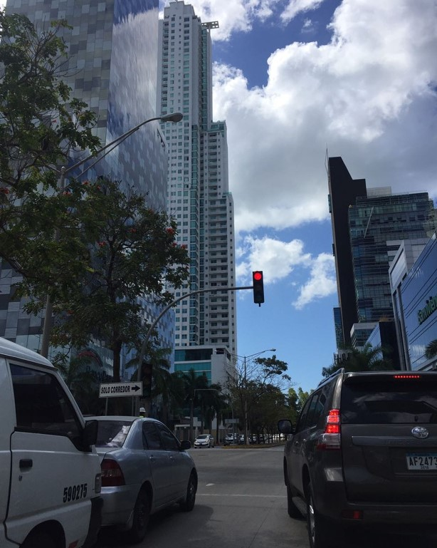 El semáforo inteligente cambia la luz, según el número de vehículos en espera, dando prioridad a los que ingresan a CDE a través del Corredor Sur.
