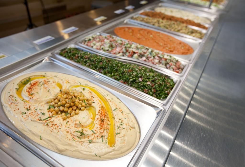 Tabbouleh, fattoush, repollo con menta, ensalada Jerusalén, coliflor frita y el hummus en versión tradicional y picante resultan irresistibles al paladar.
