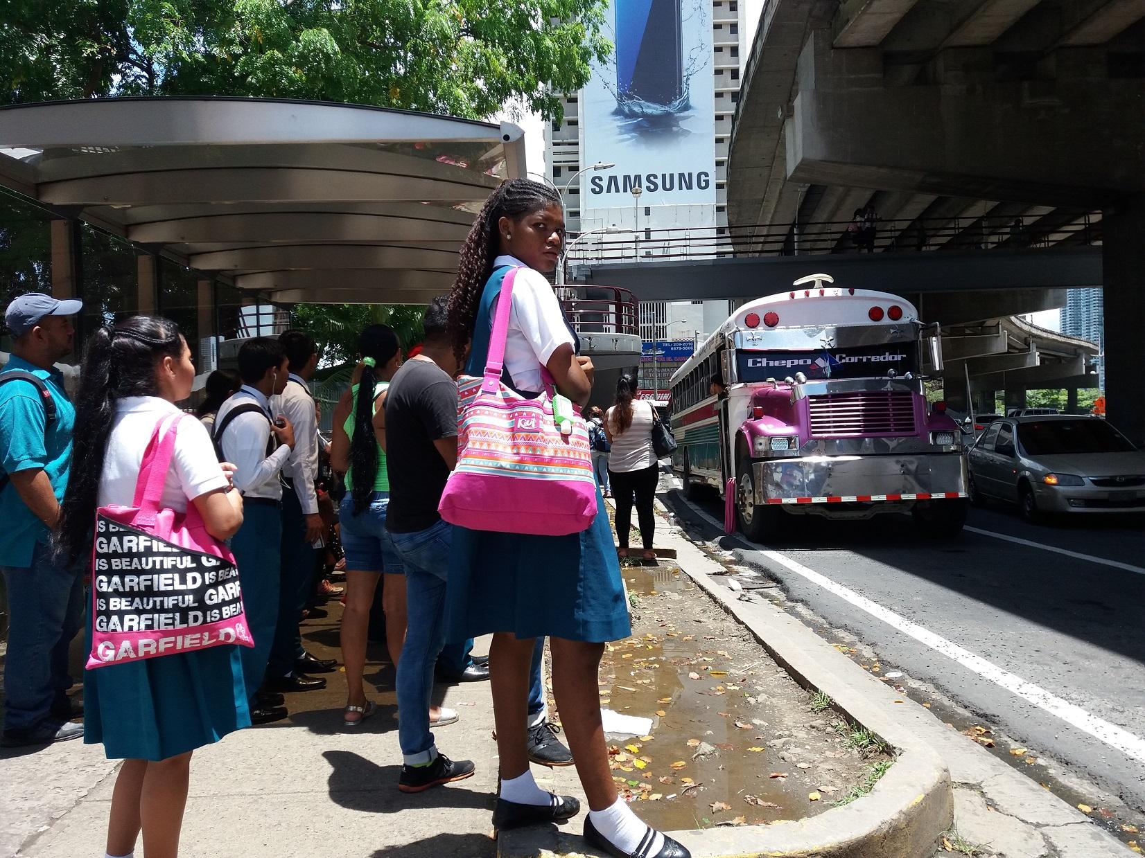 La cantidad de usuarios del Metrobús rebasa la capacidad de las paradas y muchas fueron construidas sin resolver el detalle de las aceras.