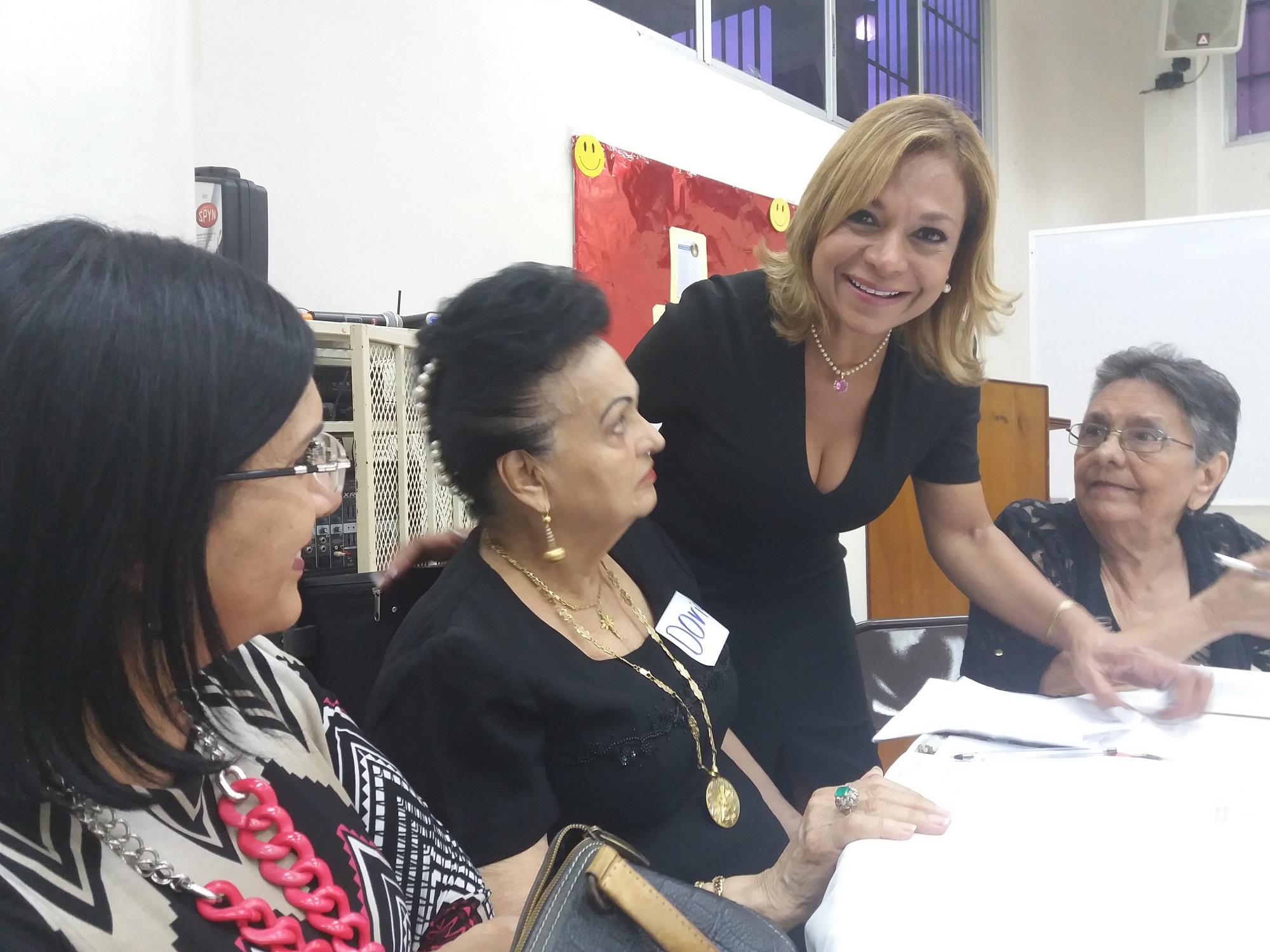 Nadja Rosas, representante suplente del corregimiento asistió a los vecinos en los alcances y viabilidad de sus propuestas.
