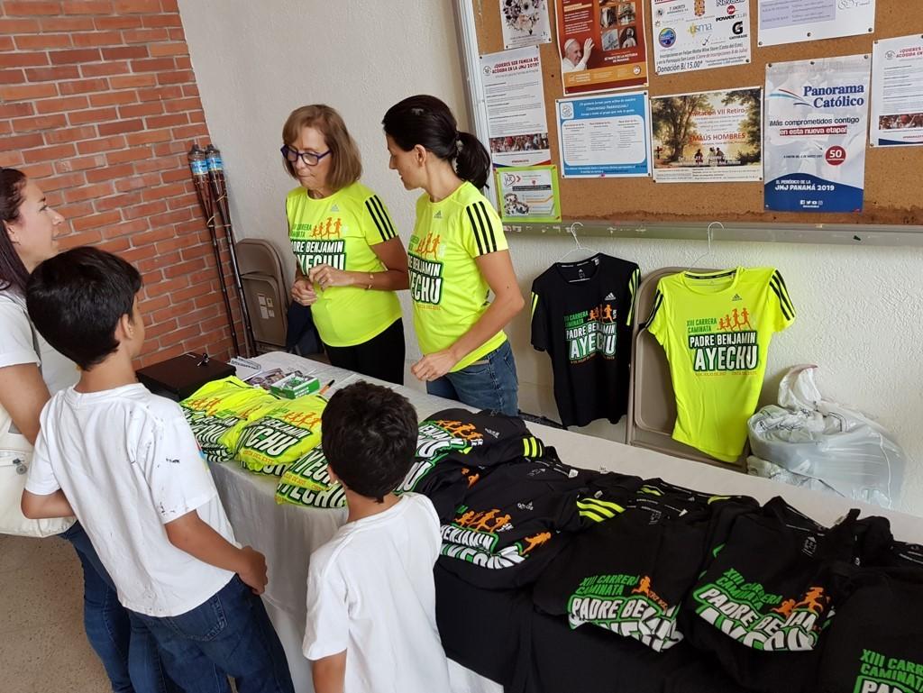 Las camisetas están siendo vendidas en la parroquia San Lucas, y también en Felipe Motta.
