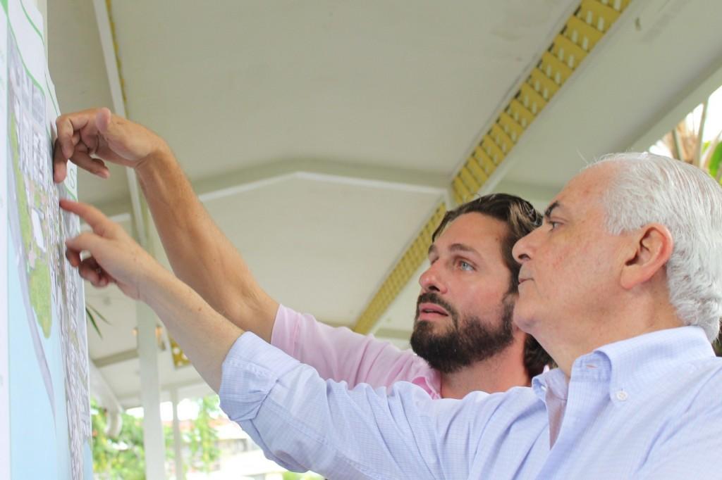 Jaime de Saint Malo, líder del movimiento Camina Tu Barrio explica a vecinos el desarrollo de la propuesta para Coco del Mar.