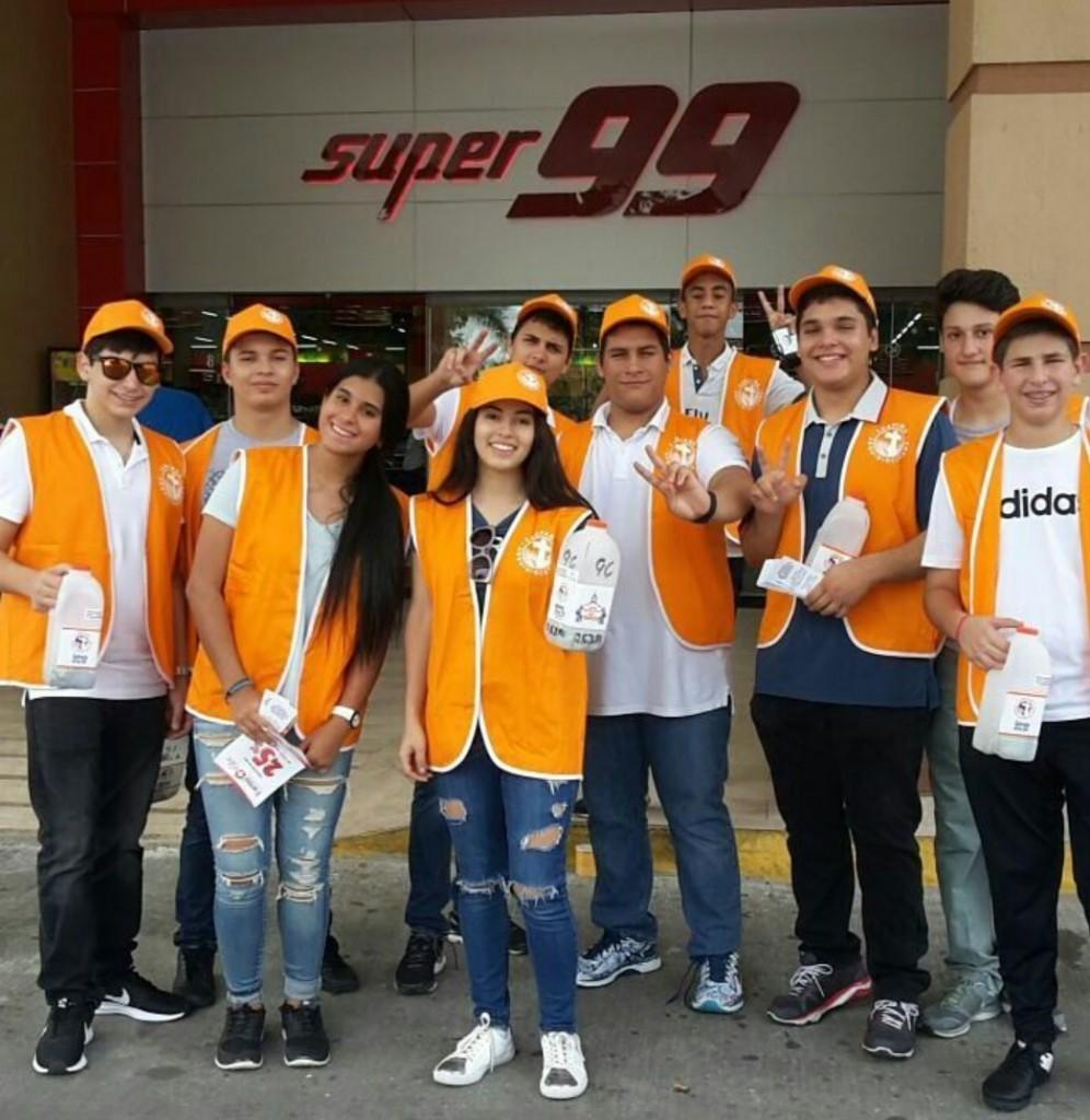 Los voluntarios están identificados con chaleco naranja y alcancía | Foto: Parroquia San Lucas