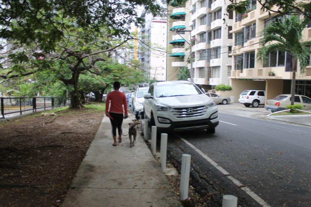 Antes no había acera para caminar, ahora incluso vecinos se sientan con sillas plegables. Crearon su propio parque