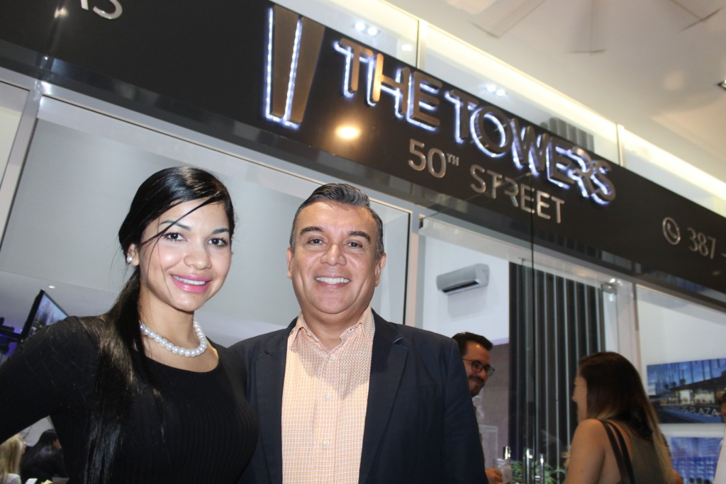 Kandys Guerra de Mercantil Bank y Carlos Wilson Vásquez de Colwell Banker.