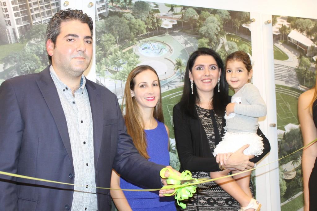 Mauricio Esses, gerente general de Pacific Hills hace corte de cinta acompañado de su esposa Pamela y su hija Fifi y Ariela Sultán, gerente de ventas de la promotora.