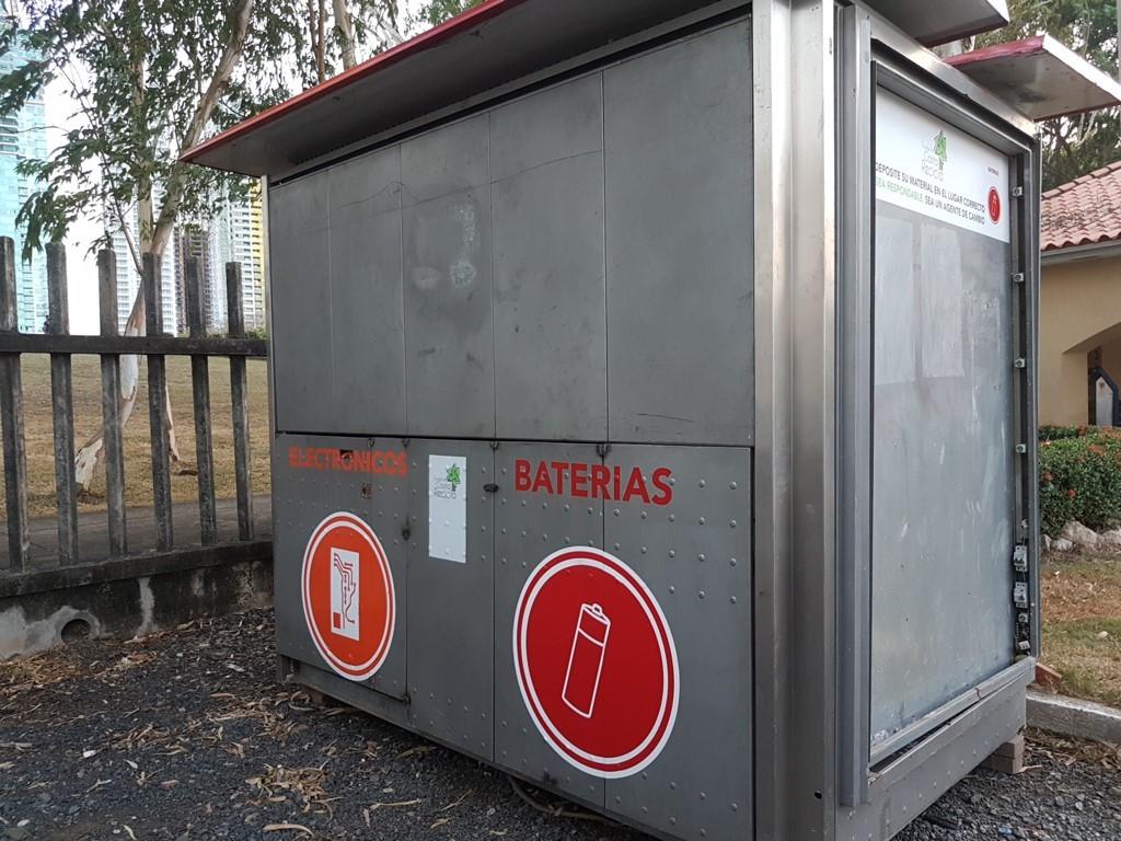 Las modernas estaciones de reciclaje, están fabricadas con de acero inoxidable y galvanizado, con lo cual se protege lo que es ingresado en su interior.