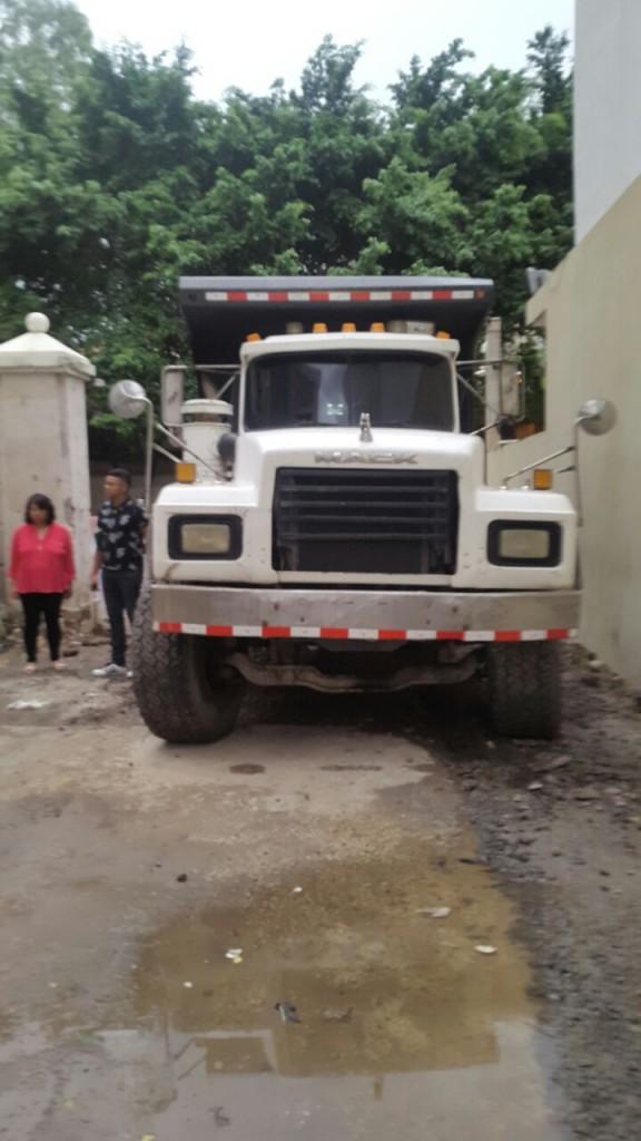 Camión volquete habría chocado derribando las bases de obra que erigían los vecinos sobre la losa.