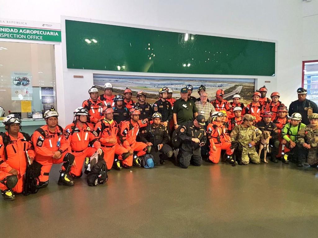 El grupo de rescatistas panameños llegó a México e inmediatamente comenzaron a trabajar| Foto: Sinaproc