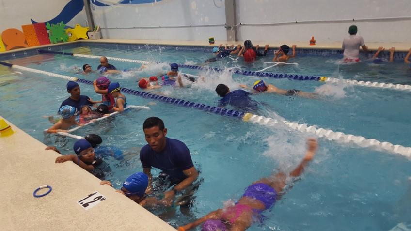 En Aquatics, no solo sacan provecho los más pequeños que inician su acercamiento con el agua. También se imparten clases para todas las edades y se acompaña al alumno, según su nivel y necesidades.