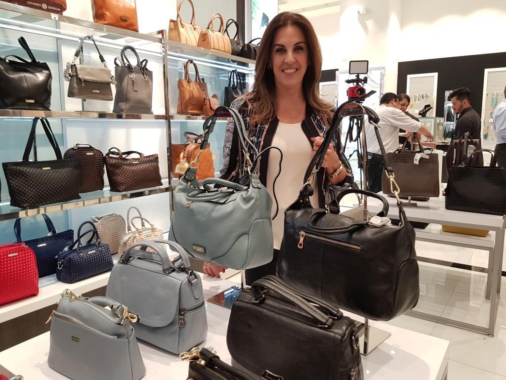 La reconocida diseñadora Charo García, presentó su exclusiva línea de carteras y bolsos contemporáneos, con modelos sólo disponibles en Multiplaza y esta nueva sucursal| Foto: AR