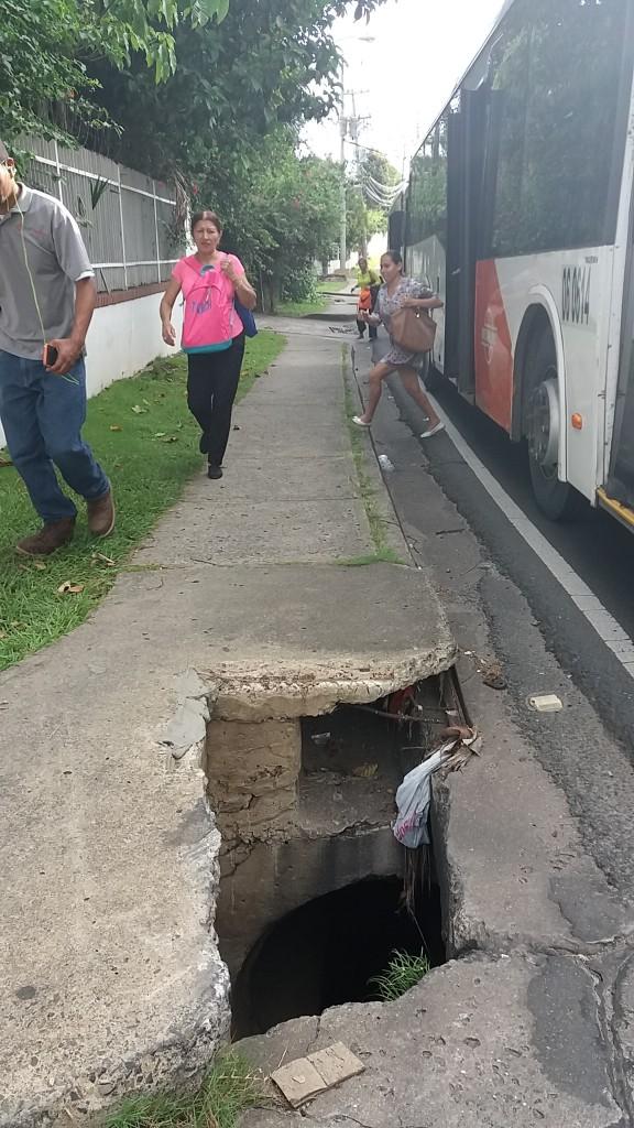 Frente a construcción en Vía Cincentenario, placa sobre drenaje se encuentra destruida, exponiendo al riesgo a peatones