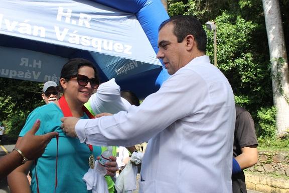 Iván Vásquez entregó medallas de reconocimiento a los primeros participantes en llegar a la meta.