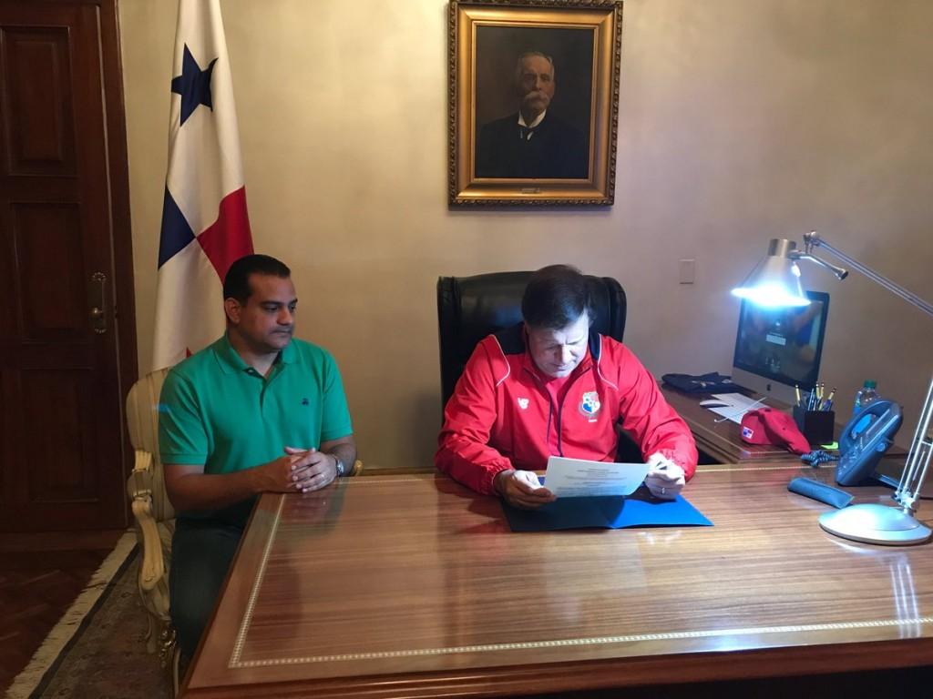 Elñ decreto fue firmado a la 1:30 am del 11 de octubre.