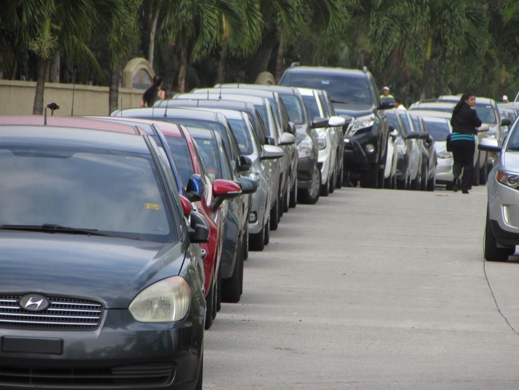 De los 600 autos que la Administración de CDE ha contabilizado diariamente estacionados en todas las calles, cerca de 300 lo hacen en la avenida Paseo del Mar, y el resto en calles internas de la comunidad.