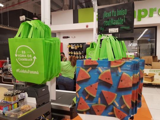 Bolsas reutilizables  de todo tipo son vendidas a bajo costo en los comercios.